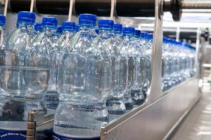 """Acqua in bottiglia, che business: """"Le aziende pagano solo 1 millesimo di euro al litro"""""""