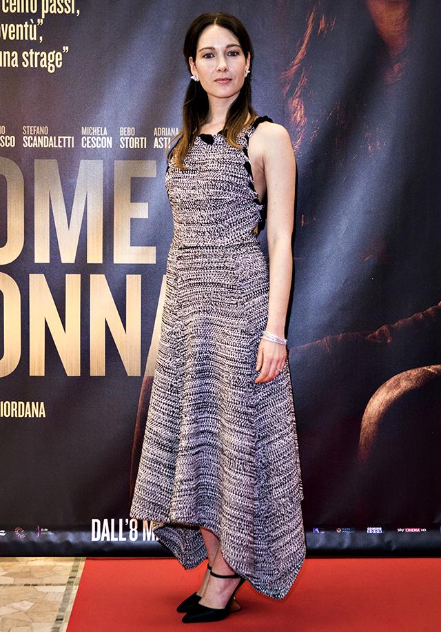 Cristiana Capotondi sfoggia un look impeccabile alla prima milanese di 'Nome di Donna'