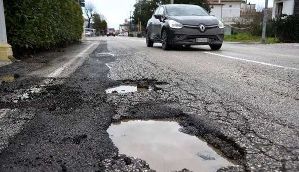 Come chiedere il risarcimento per i danni delle buche stradali