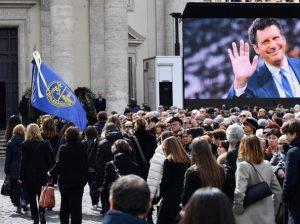 Grande commozione al funerale di Fabrizio Frizzi: la moglie Carlotta Mantovan accarezza la sua bara. Il dolore degli amici vip e della gente è enorme