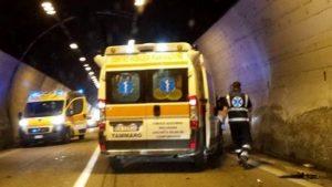 """""""Camion travolge furgone fermo sulla corsia d'emergenza: due operai """"miracolati"""""""""""