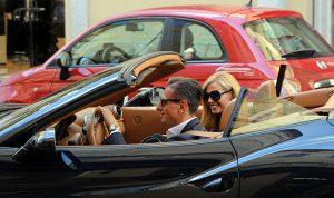 Federica Panicucci a Milano, pranzo con Marco Bacini e shopping in Ferrari: bellissima e chic la conduttrice sfoggia il nuovo look