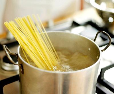 """""""Non sanno che la pasta va cotta nell'acqua: la cucina va a fuoco"""""""