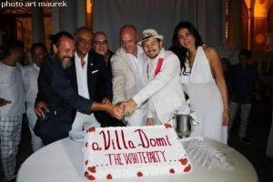 """Villa Domi si veste di bianco in occasione del """"White party"""" : tra gli ospiti sul palco i """"The two singers"""" con il Pizza show e """"Pulcinella"""""""