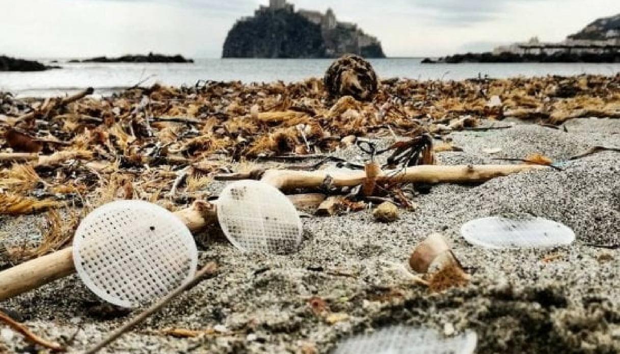 Il mistero dei dischetti di plastica sulle spiagge laziali e campane