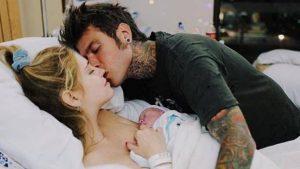 Chiara Ferragni, una settimana di Leo, il bimbo più social d'Italia: dediche d'amore per il bimbo che la fashion blogger allatta al seno