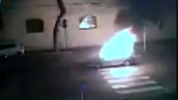 """""""Paura in strada, auto si trasforma in una """"palla di fuoco"""""""