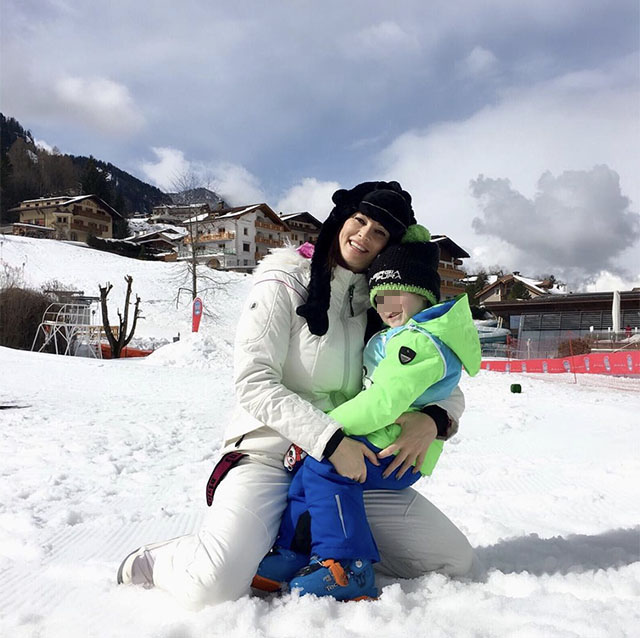 Manuela Arcuri in montagna con il figlio Mattia: vacanza sulla neve. Nello scatto social non c'è il compagno, Giovanni Di Gianfrancesco