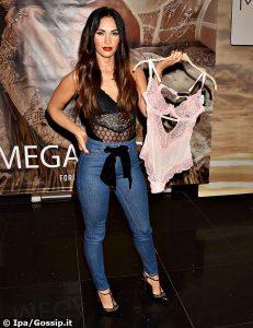 Megan Fox, testimonial di un brand di lingerie, indossa un body nero trasparente e dopo tre gravidanze appare sempre in splendida forma