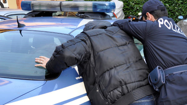 """""""Ragazza aggredita in strada: le mordono la mano per rubare il cellulare"""""""
