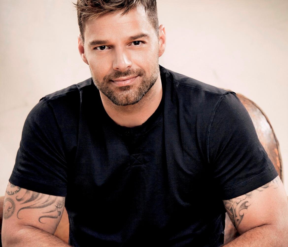 Ricky Martin festeggia il successo di 'The Assassination of Gianni Versace'. Il cantante dichiara: 'Come membro della comunità LGBT mi sono sentito arrabbiato e frustrato di fronte all'ingiustizia che circonda questo crimine'