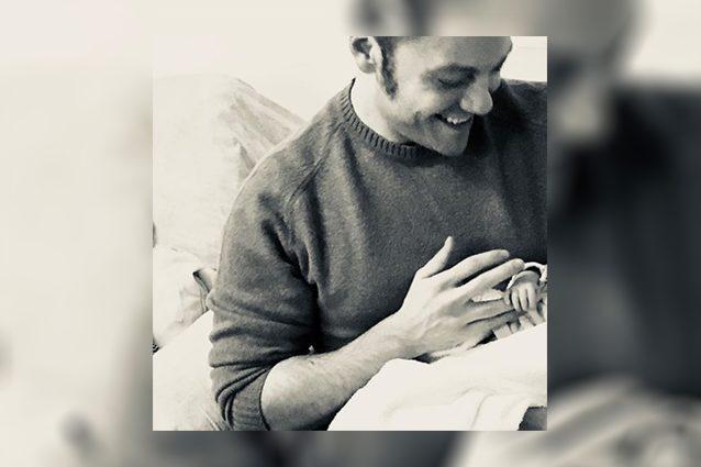 Tiziano Ferro felice con un bimbo in braccio: è diventato papà? La foto con il figlio. I fan lo sommergono di auguri. Lui scrive: 'Meraviglia assoluta'. Rtl conferma, il manager del cantante no